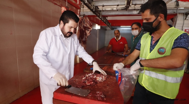 Başkan Sayan, kapı kapı dolaşarak kurban eti dağıttı.